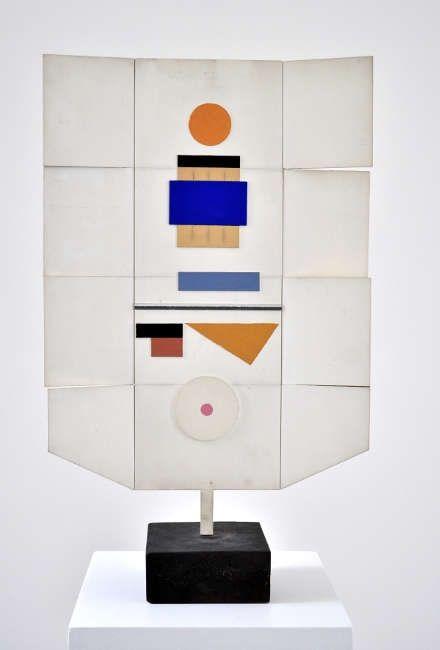 Marcelle Cahn, Spacial Mobile, 1967–1969, bemaltes Holz, 68,6 x 42,5 x 15,7 cm (Courtesy Galerie Lahumière)