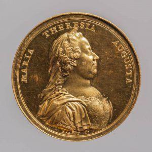 Johann Martin Krafft, Maria Theresia Medaille auf die Erneuerung der Universität zu Pavia, Avers, Wien 1770, Gold (Wien, Kunsthistorisches Museum, Münzkabinett Inv.-Nr. 1795bβ © KHM-Museumsverband)
