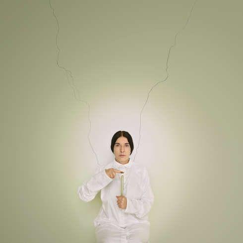 Marina Abramovic, Künstlerportrait mit einer Kerze (C), aus der Serie Places of Power,2013 (Fine Art Pigmentdruck. Brazilien. Mit freundlicher Genehmigung des Marina Abramovic Archives © Marina Abramovic)