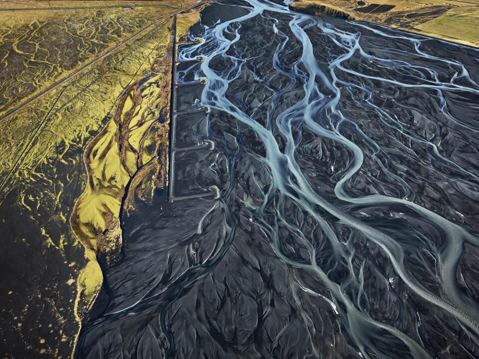 Edward Burtynsky, Markarfljòt River #1, Erosion Control, Island 2012 © Edward Burtynsky, courtesy Admira, Milano / Galerie Springer Berlin