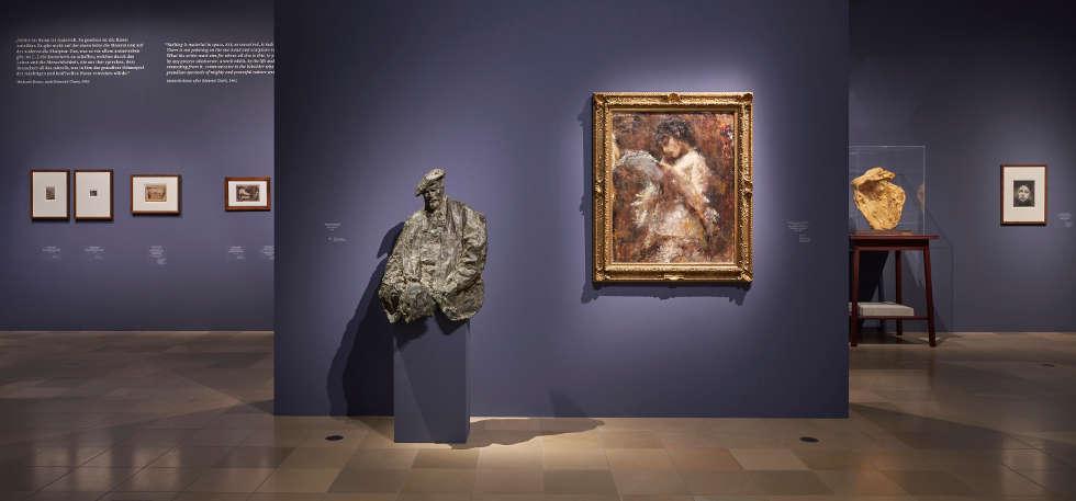 Medardo Rosso, Henri Rouart, 1890 und Tranquillo Cremona, Lesende, 1873–1878, Ausstellungsansicht EN PASSANT. Impressionismus in Skulptur, Foto: Städel Museum / Norbert Miguletz