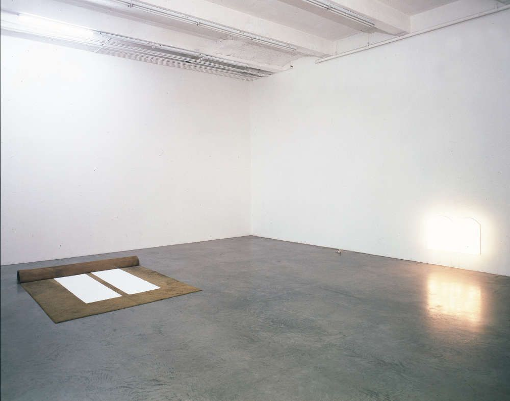 Mirosław Bałka, 250 x 200 x 19, 2 x (60 x 40 x 14), 2001, Teppich, Salz, MDF, Plexiglas und Licht Teppich: 250 x 200 x 19 cm; Lampen: je 60 x 40 x 14 cm (Courtesy der Künstler und Gladstone Gallery, New York und Brüssel)