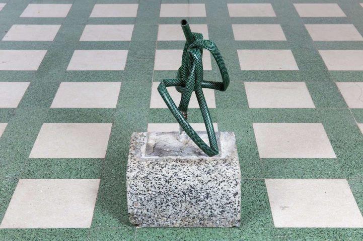 Mirosław Bałka, 48 x 24 x 21, 2017, Terrazzo, Stahl, Plastik, 48 x 24 x 21 cm (Courtesy der Künstler und Galleria Raffaella Cortese, Mailand)