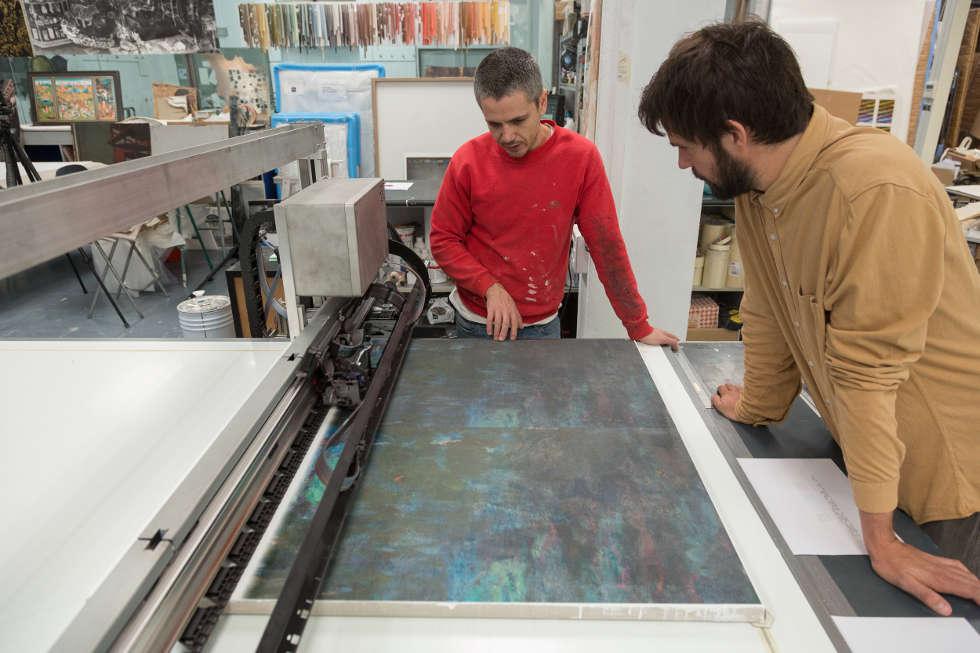 Monet, Farbinformation wird auf das reliefierte Leinen mit Hilfe des Factum Arte Flachbrett Druckers aufgedruckt © Factum Arte