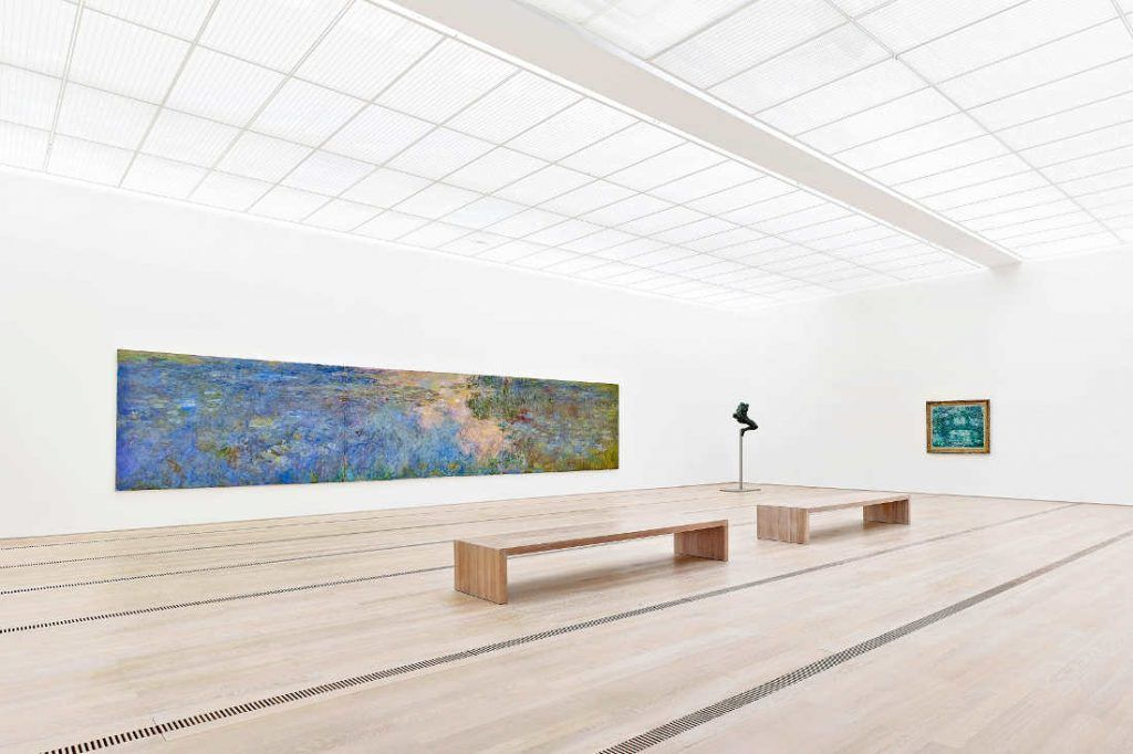 Claude Monet, Le bassin aux nymphéas [Seerosenteich], um 1917-1920, Auguste Rodin, Iris, messagère des dieux (Figure volante), 1890/91, Claude Monet, Le pont japonais, um 1918–1924 (Fondation Beyeler, Riehen/Basel, Sammlung Beyeler, Foto: Mark Niedermann, 2014)