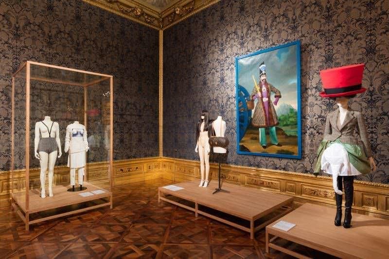 """Monokini bis Walter von Beirendonck, Ausstellungsansicht """"Vulgär? Fashion Redefined"""" im Winterpalais 2017, Foto: © Belvedere, Wien, 2017."""
