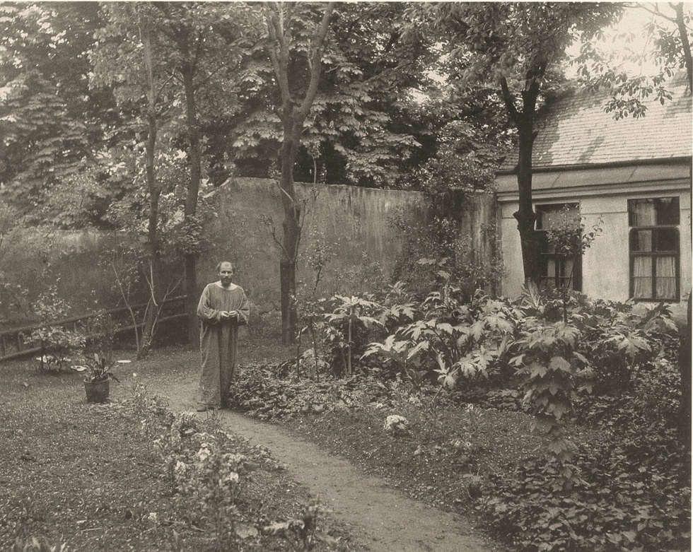 Moritz Nähr, Gustav Klimt im Malerkittel im Garten seines Ateliers in der Josefstädter Straße 21, Mai 1911, Silbergelatine (MAK, Wien)