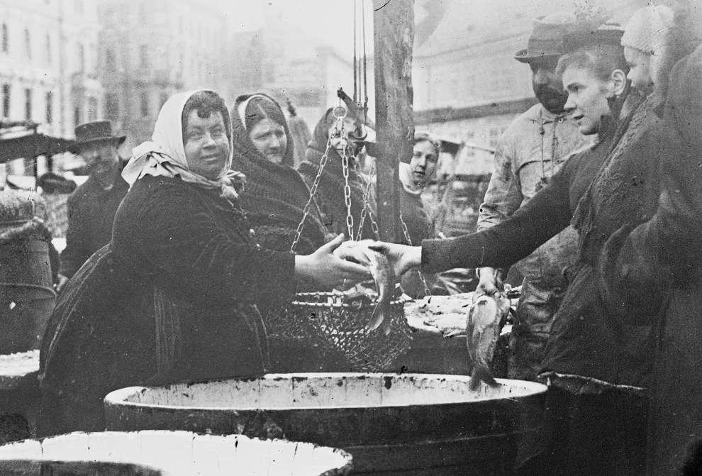 Moriz Nähr, Marktszene mit Fischhändlern, Wien, um 1890, Schwarz-Weiß-Negativ (Glasplatte), 13 × 14,7 cm (Klimt-Foundation, Wien, Inv. Nr. 188/008)