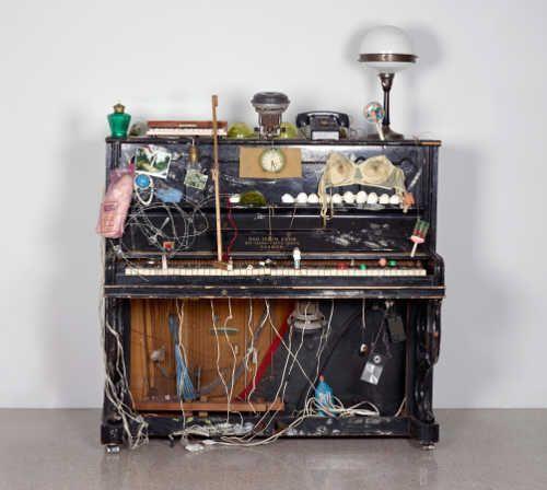 Nam June Paik, Klavier Intégral, 1958–1963, Fluxus-Klavier präpariert mit verschiedenen Materialien. 140 x 136 x 65 cm (© Nam June Paik Estate, Foto: mumok, Museum moderner Kunst Stiftung Ludwig Wien, ehemals Sammlung Hahn, Köln)