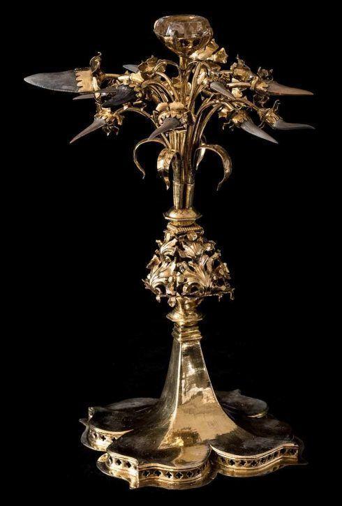 Natternzungenkredenz, Nürnberg (?), um 1450, Silber, vergoldet, fossile Haifischzähne, Citrin, H. 27 cm (Kunsthistorisches Museum, Kunstkammer, Inv.-Nr. KK 89 © KHM-Museumsverband)