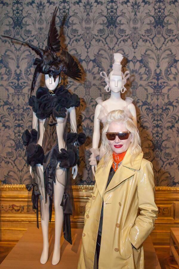 "Pam Hogg vor ihren Kreationen in ""Vulgär?"", Foto: © Belvedere, Wien."