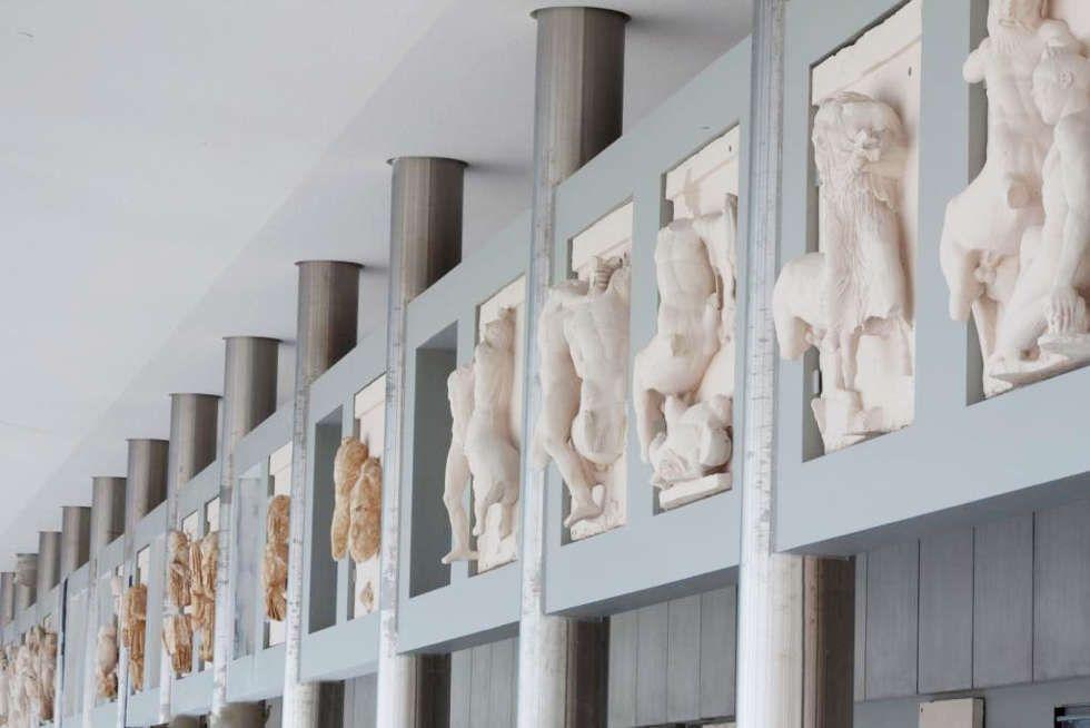 Parthenon, Rekonstruktion des Frieses, Südwestliche Ecke des Parthenon, Installationsansicht Akropolis Museum, Athen