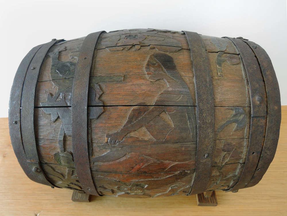 Paul Gauguin, Fass, Geschnitztes Holzfass, 1889–90, geschnitztes und bemaltes Holz, 31 × 36 × 31 cm (Albertina, Wien, Privatsammlung Joshua Latner, Schweiz, Gray 84)