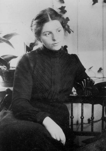 Portrait der Künstlerin Paula Modersohn-Becker in der Veranda ihres Hauses, 1901 Foto: Atelier Schaub, Hamburg (Paula-Modersohn-Becker-Stiftung, Bremen)