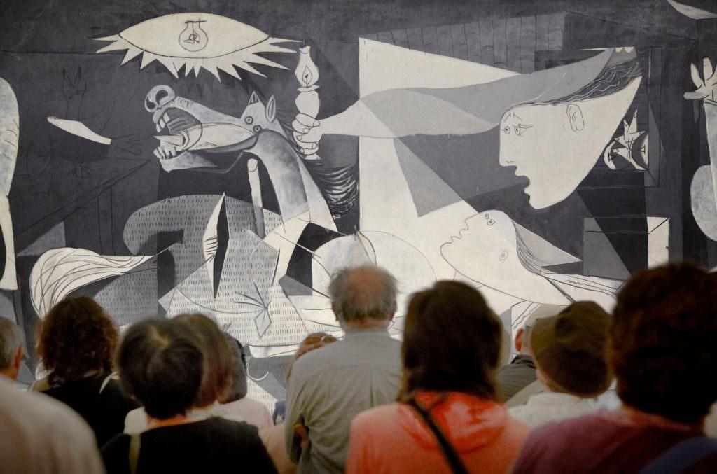 Besucher vor Pablo Picasso, Guernica im Museo National Centro de Arte Reina Sofia, 2. Stock, Saal 206 (© Sucesión Picasso/VEGAP 2017)