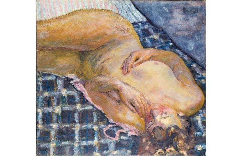 Pierre Bonnard, Liegender Akt auf weißblau kariertem Grund, um 1909, Öl auf Leinwand, 60 x 65 cm (Städel Museum, Frankfurt, Eigentum des Städelschen Museums-Vereins e.V. © VG Bild-Kunst, Bonn 2017)