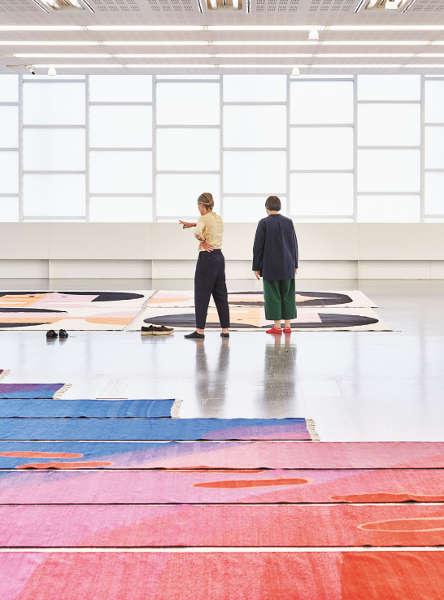 Polly Apfelbaum und Stella Rollig beim Ausstellungsaufbau zu Happiness Runs © Belvedere, Wien, 2018 / Foto: Sandro Zanzinger