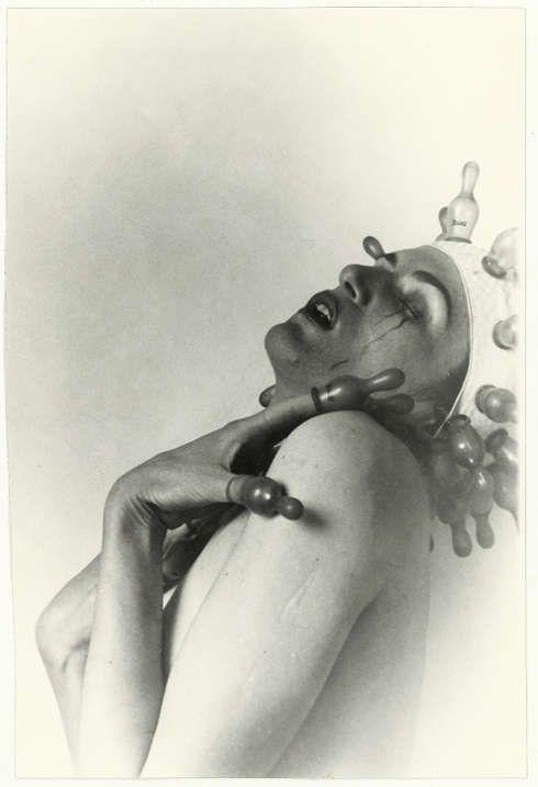 Renate Bertlmann, Zärtlicher Tanz, 1976, S/W-Fotografie, 18 x 12 cm, Unikat (SAMMLUNG VERBUND, Wien)