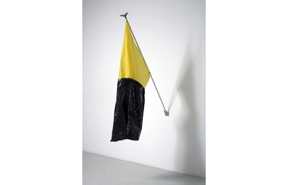 Reena Spaulings, Ohne Titel, 2005, Plastiktüte, Stoff, Aluminium, 90 x 152 cm (Courtesy Sammlung Alexander Schröder © Reena Spaulings)