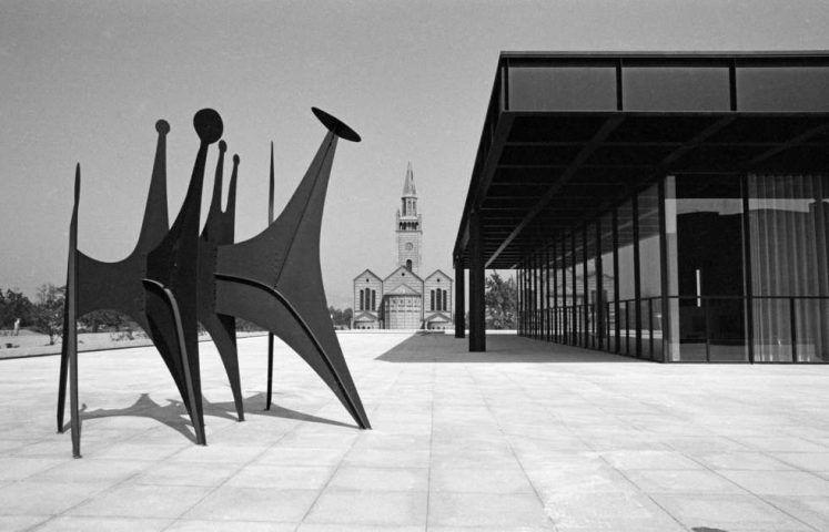 """Reinhard Friedrich, Neue Nationalgalerie mit """"Têtes et Queue"""" von Alexander Calder, 1968, © Staatliche Museen zu Berlin, Zentralarchiv / Reinhard Friedrich"""