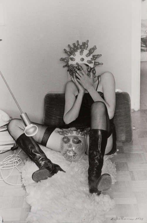 Renate Bertlmann, Zärtliche Pantomime, 1976, S/W-Fotografie (aus einer 6-teiligen Serie) © Renate Bertlmann, SAMMLUNG VERBUND, Wien
