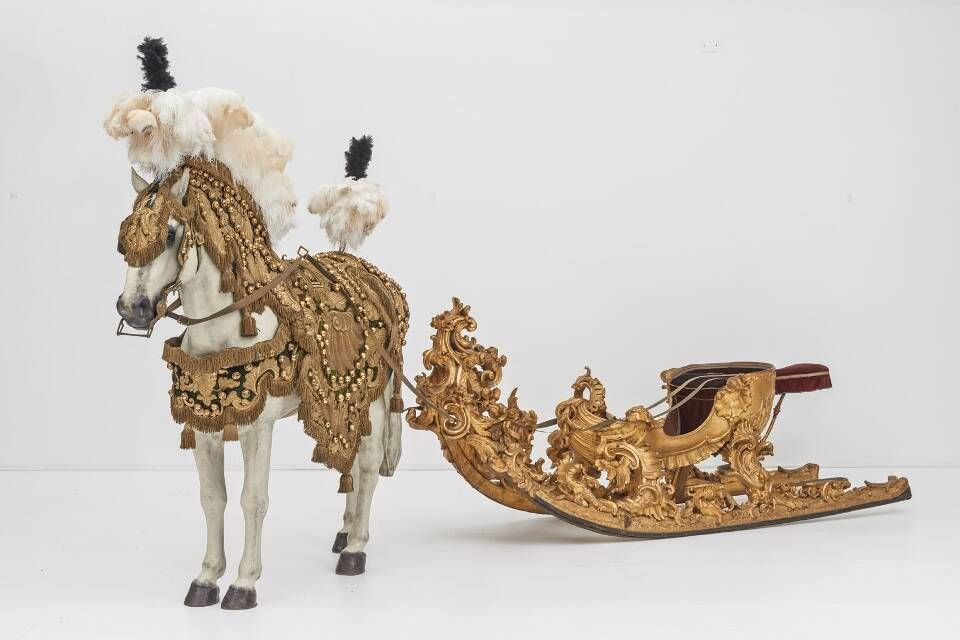 Rennschlitten des Wiener Hofes, Wiener Hofwerkstatt, um 1740/50 Holz, Metall, Samt, Gold, 330 x 100 x 125 cm (Wien, Kaiserliche Wagenburg Wien, Inv.-Nr. W 081)