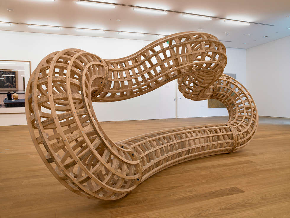 Richard Deacon, Eight, 1997, gebogene Buche, 185 x 390 x 140 cm (Apport FOCUNA, 1998 erworben)