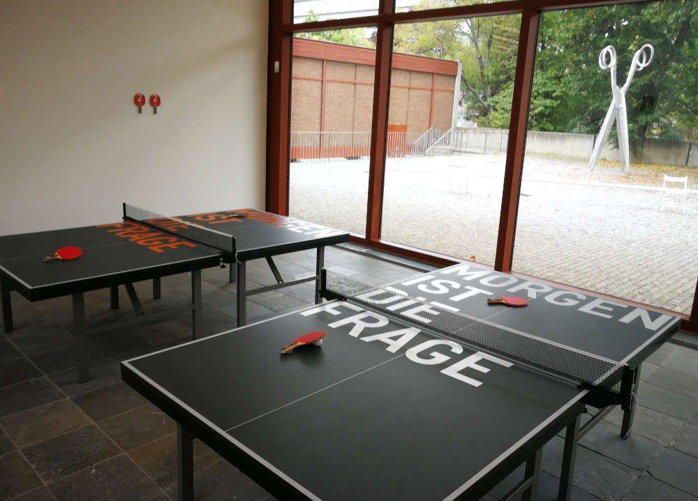 Rirkrit Tiravanija, untitled 2015 (MORGEN IST DIE FRAGE), 2015, Tischtennisplatte siebbedruckt, zwei Tischtennisschläger siebbedruckt, 76 x 274 x 152,5 cm (Courtesy der Künstler und neugerriemschneider), Foto: Alexandra Matzner, ARTinWORDS