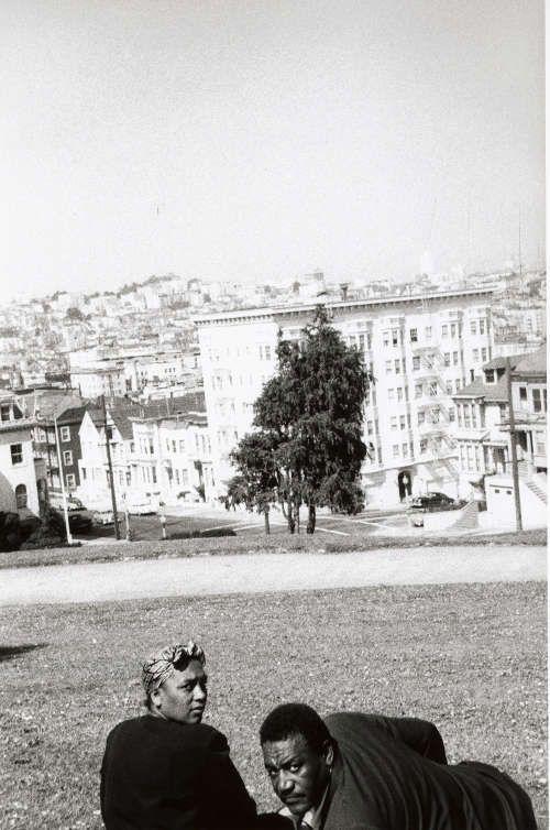 Robert Frank, San Francisco (Paar auf Rasen im Park), 1956 (Albertina, Wien - Dauerleihgabe der Österreichischen Ludwig-Stiftung für Kunst und Wissenschaft)