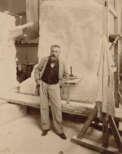 Dornac (Pseudonyme Paul Cardon oder Pol Marsan), Rodin in seinem Atelier vor dem Denkmal für Sarmiento, um 1898, Abzug auf Albuminpapier, 26,5 x 21 cm (Musée Rodin, Paris)