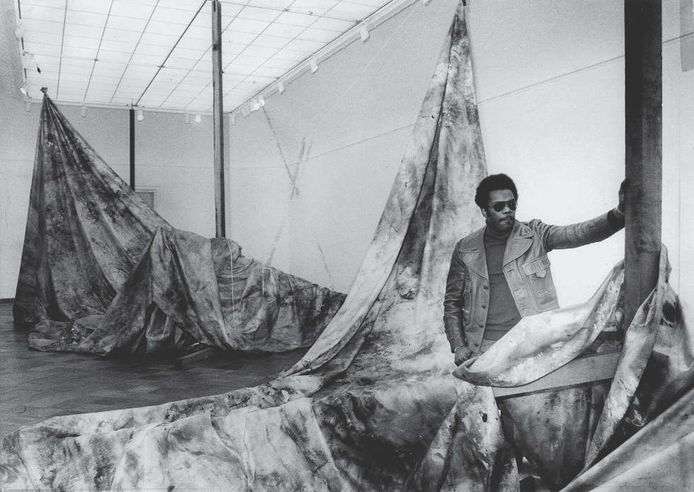 "Sam Gilliam, Autumn Surf, Installation View der Ausstellung ""Works in Spaces"" im San Francisco Museum of Modern Art, 1973 Foto: Art Frisch Courtesy San Francisco Chronicle ©2018, ProLitteris, Zurich"