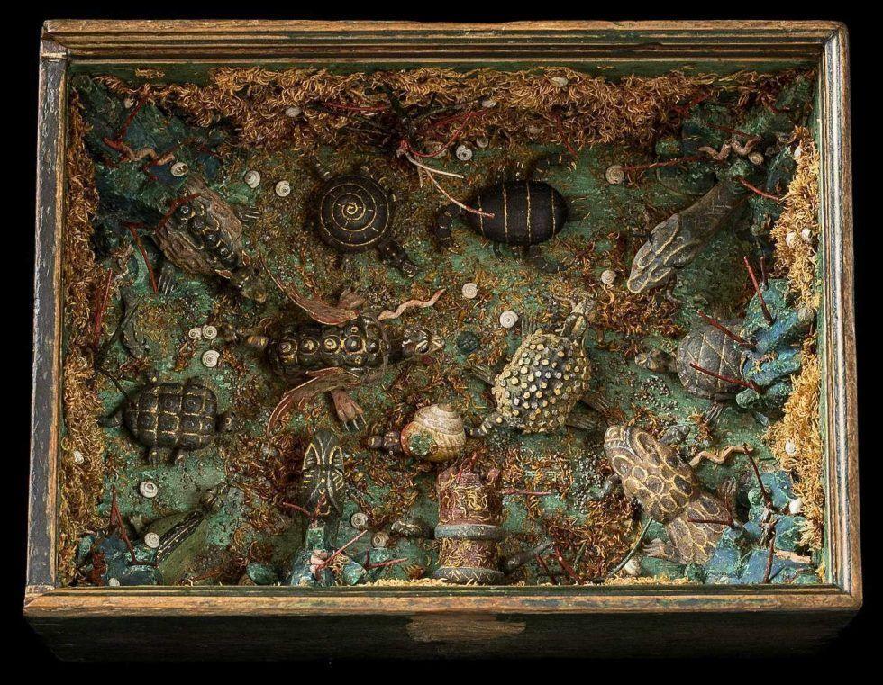 Schüttelkasten, Süddeutsch (Tirol?), nach 1550, Holz, Pappe, Ton, bemalt, Bleigewichte mit Draht, Moos, Mohn, Schneckenhäuser, H. 12,5 cm, B. 23,8 cm, T. 17,4 cm (Kunsthistorisches Museum, Kunstkammer, Inv.-Nr. KK 5432 (Schloss Ambras Innsbruck) © KHM-Museumsverband)