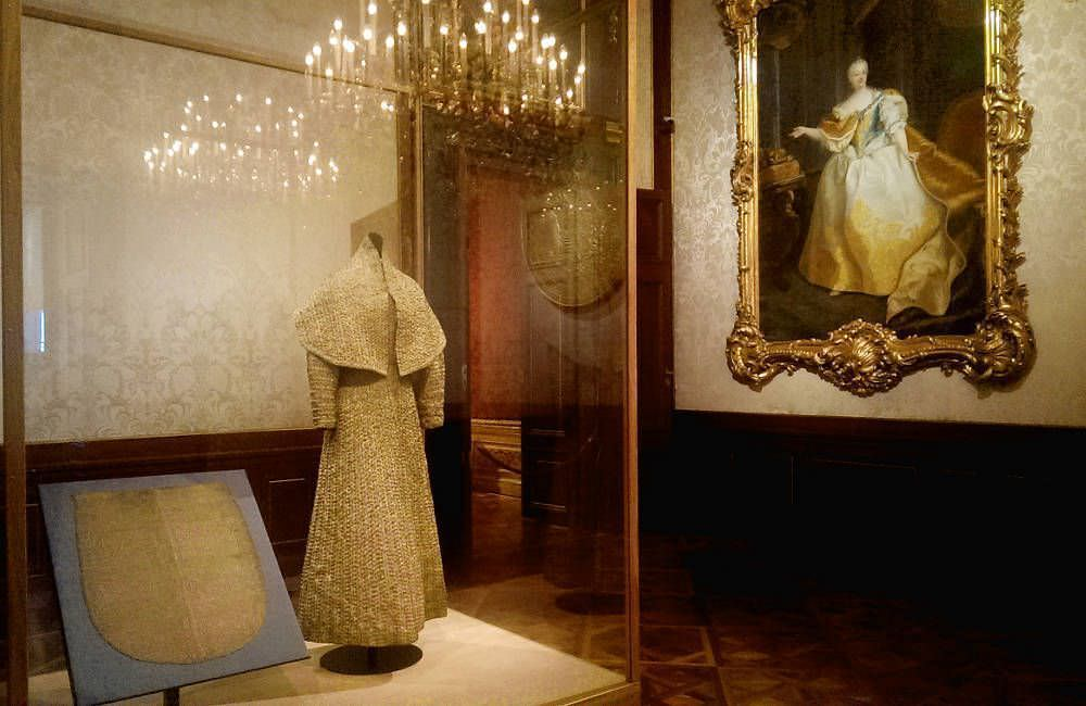 "Elsa Schiaparelli und Maria Theresia im Winterpalais, Installationsansicht ""Vulgär?"", Foto: Alexandra Matzner, ARTinWORDS."