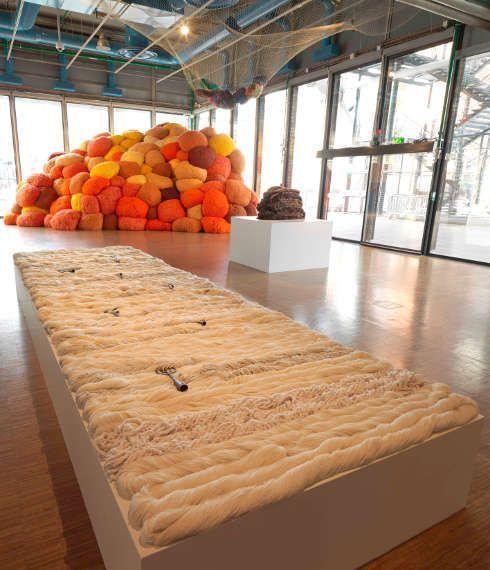 Sheila Hicks, Pêcher dans la rivière, 1989–2013, La sentinelle de safran, 2017 (hinten), Ausstellungsansicht: Ligne de vie © Centre Pompidou Philippe Migeat.