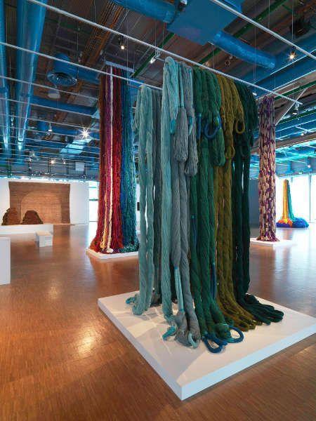 Sheila Hicks, Pillar of Inquiry, 2014/15, Trapèze de Cristobal, 1971, Ausstellungsansicht: Ligne de vie © Centre Pompidou Philippe Migeat