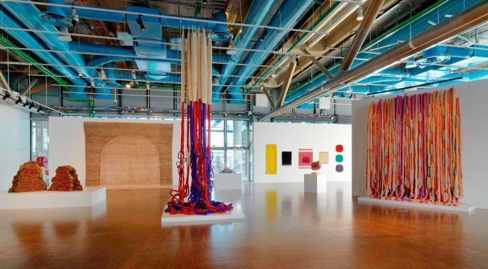 Sheila Hicks, Trapèze de Cristobal, 1971 (Mitte), Lianes de Beauvais, 2011/21 (re), Ausstellungsansicht: Ligne de vie © Centre Pompidou Philippe Migeat