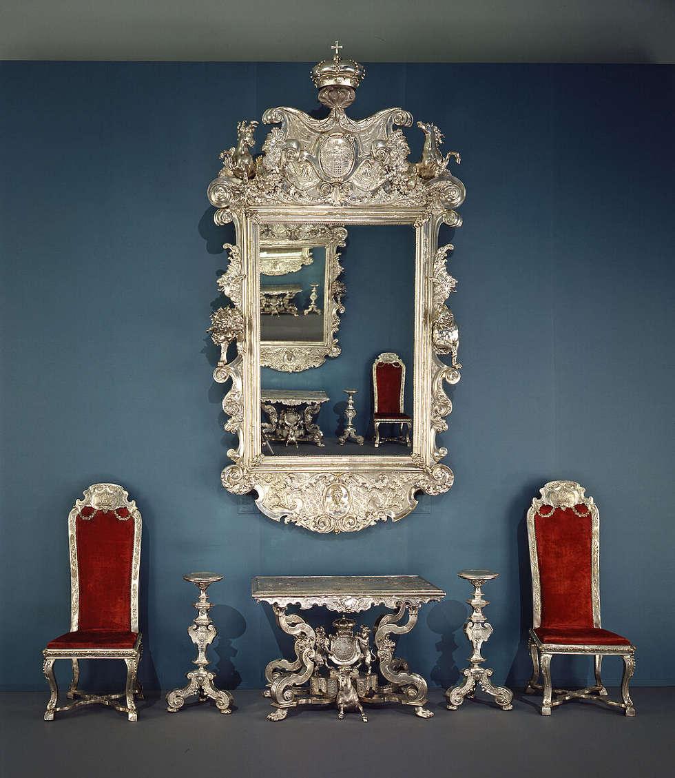 Silbermöbel der Welfen: Konsoltisch, zwei Stühle, Kerzenständer, Spiegel, 1725-1730 © Bayerisches Nationalmuseum, Foto: Walter Haberland