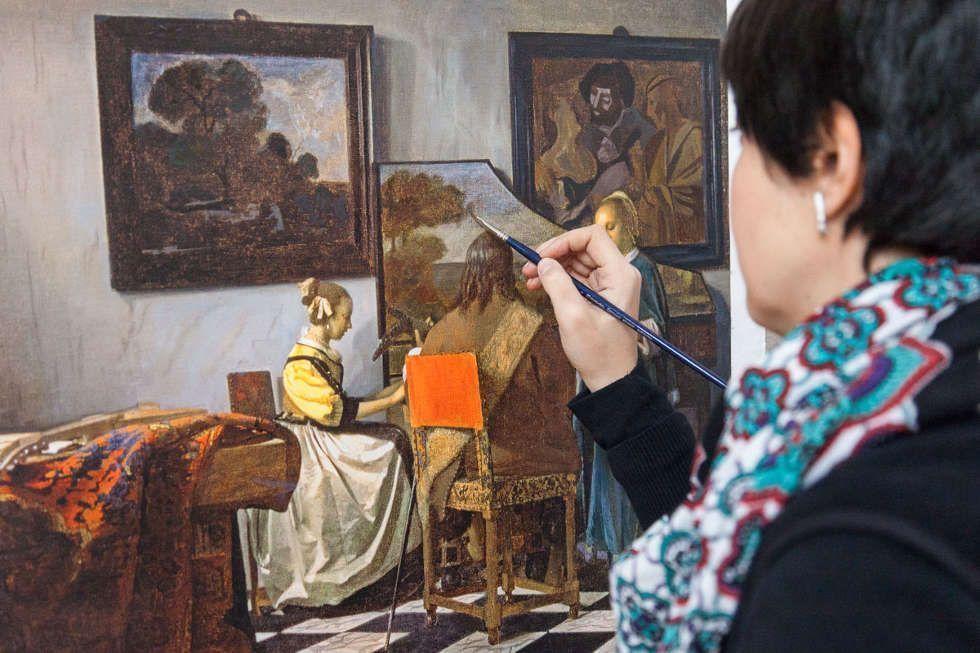 Silvia Alvarez malt eine der vielen Versionen von Jan Vermeers Konzert © Factum Arte