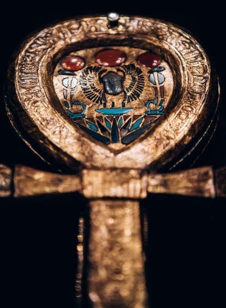 Spiegeletui in Form eines Anch, Holz vergoldet, Einlegearbeit mit blauem Glas und Karneol © IMG