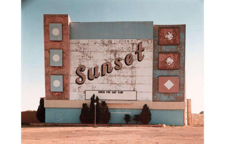 Stephen Shore, West Ninth Avenue, Amarillo, Texas, 2. Oktober 1974, 1974, Silberfarbstoffbleichverfahren (ALBERTINA, Wien © Stephen Shore)