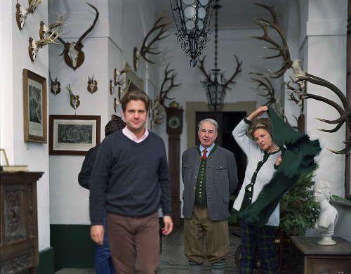 Tina Barney, The Antlers, 2001, Courtesy die Künstlerin und Paul Kasmin Gallery