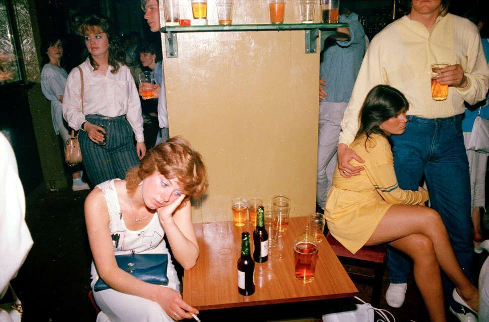Tom Wood, Tired Drink picture, 1986, aus der Serie Looking for Love, 1982–85, Fotografie 24 x 30 cm (Kunsthalle Bremen – Der Kunstverein in Bremen © Tom Wood, courtesy of the artist)