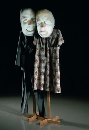 Tony Oursler, Give it back, 1995, Installation mit Videoprojektion, Farbe, Ton, 195 x 59 x 38 cm (Foto: Franz Schachinger, Wien © Albertina, Wien)