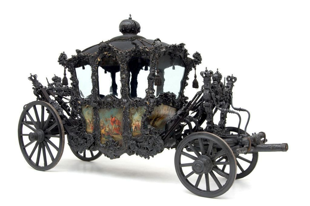 """Hoftrauer-Galawagen, sogenannter """"Trauer-Huldigungswagen"""", Gestell um 1690, Kasten um 1730/35, umgebaut im 19. Jahrhundert, 614 (L.) x 351 (H.) x 192 (B.) cm (Kunsthistorisches Museum, Wien, Inv.-Nr. Wagenburg, W 2 1)"""