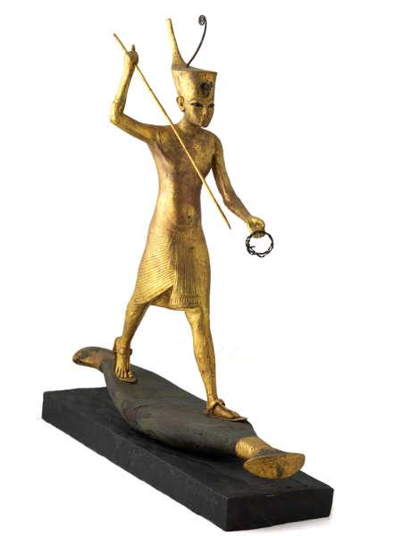 Tutankhamun auf einer Barke, eine Harpune werfend, Holz vergoldet © IMG