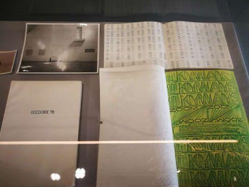 Vitrine mit Archivmaterial von Guy Mees, Ausstellungsansicht Kunsthalle Wien Karlsplatz, Foto: Alexandra Matzner, ARTinWORDS