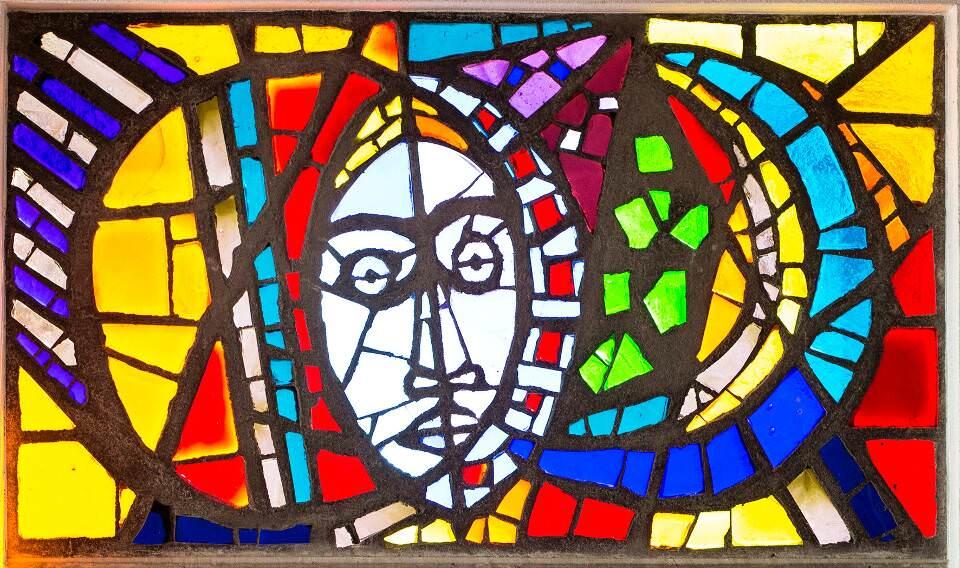 Alfred Wickenburg, Maria zwischen Sonne und Mond, 1960, Dickglas, mit Beton gefasst, 116 × 198 cm (Originalfenster in der Michaelskapelle des Schlosses Seggau bei Leibnitz, Foto: Helmut Bolesch)