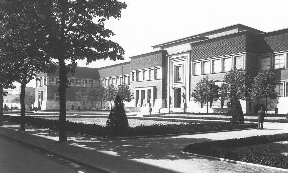 Wilhelm Kreis, Blick in die Ostseite des Vorhofes zum Kunstpalast (Architekt Wilhelm Kreis), Fotografie: Julius Söhn, 1925/1926, aus: Richard Klapheck (Hrsg.): Dokument Deutscher Kunst Düsseldorf 1926, Düsseldorf 1927, S. 74.