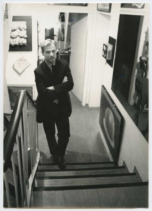 Wolfgang Hahnh im Hause Hahn, Hahn auf der Treppe, 1968 © Zentralarchiv des internationalen Kunsthandels (ZADIK)