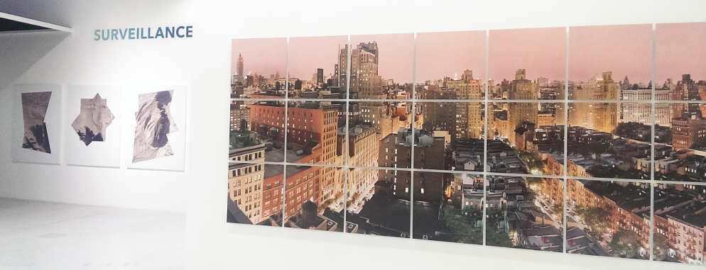 Wolfgang Reichmann, NYC 2002_08_22/23, 2002 (links), Raphaël Dellaporta, Ruins, 2010, Ausstellungsansicht MUSA 2016, Foto: Alexandra Matzner.